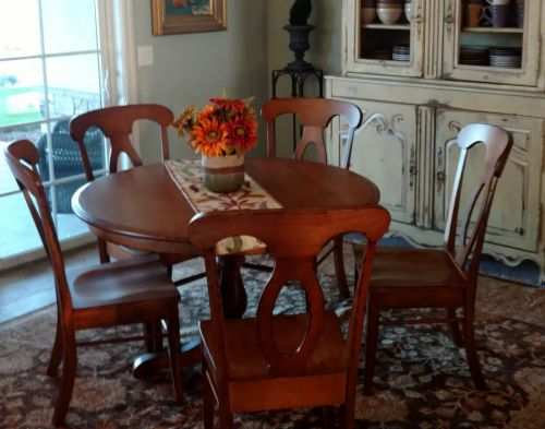 Table & Chairs Set Complements French Country Home